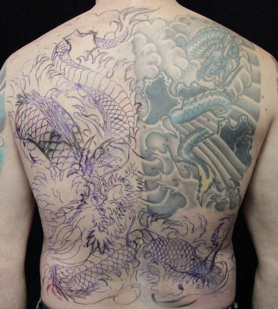 vue du dos avec le nouveau dessin de dragon.
