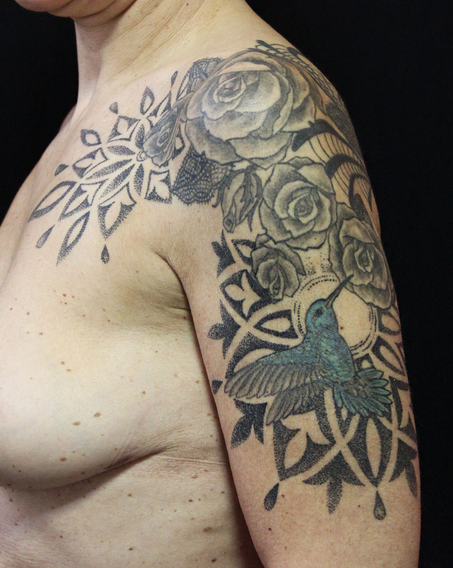 tatouage roses et colibri ornemental dots