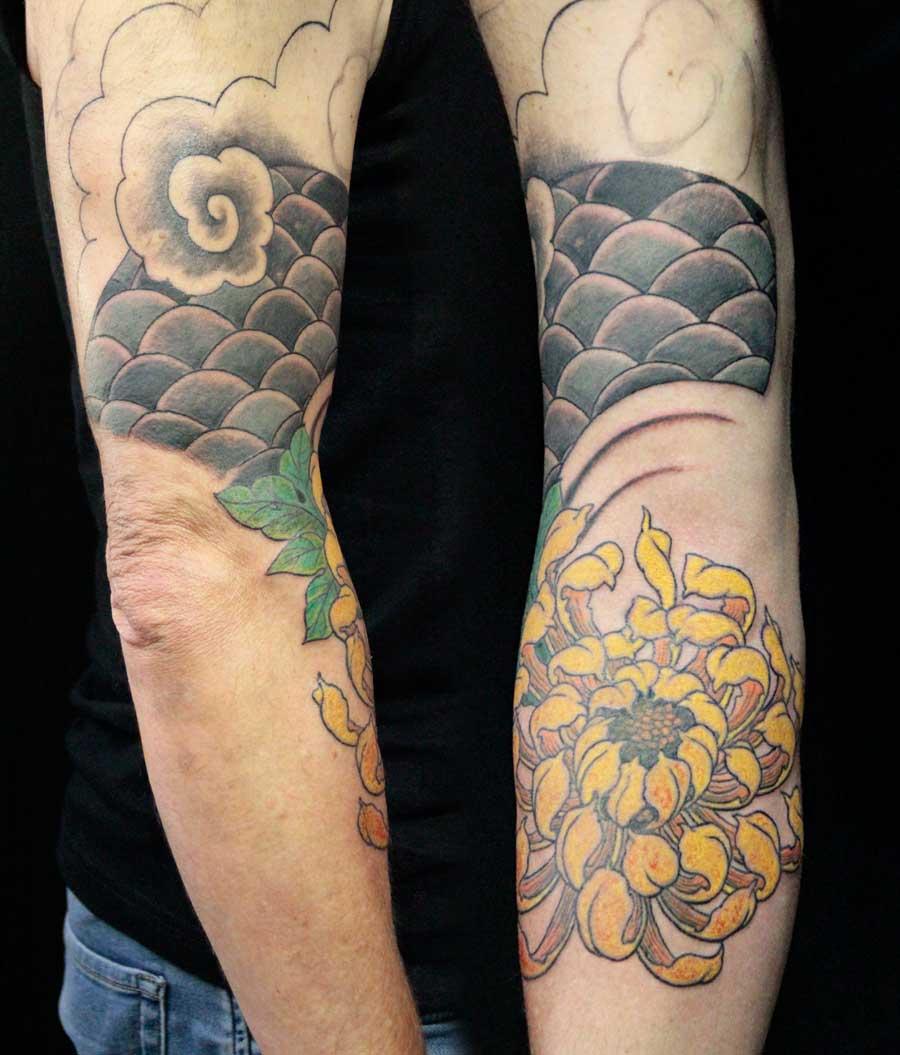 tattoo néojaponais manchette écailles chrysanthème remplissage