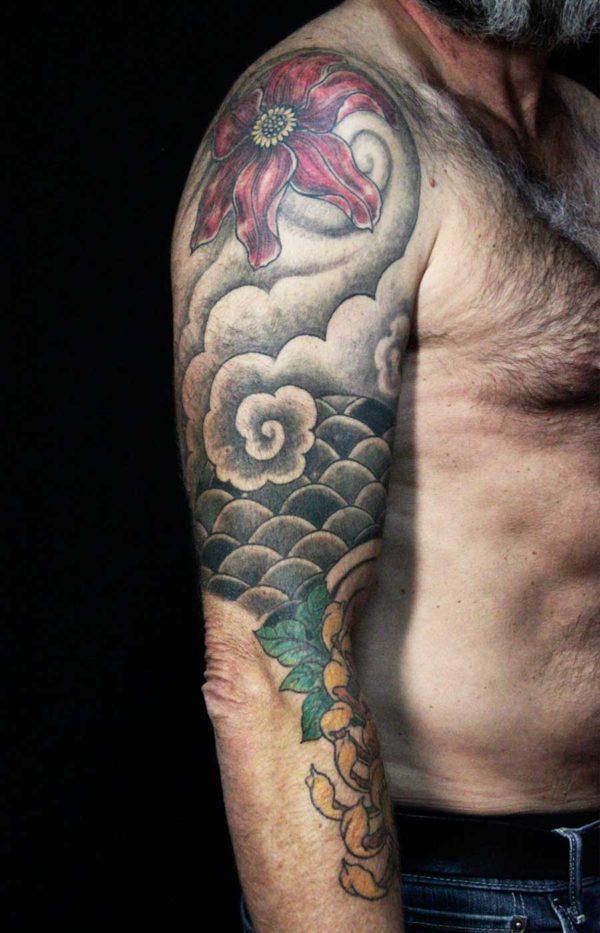 tattoo néojaponais manchette fleurs écailles chrysanthème nuage