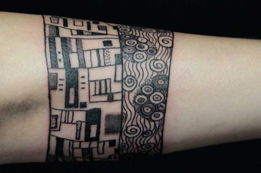 détail tatouage le baiser klimt bracelet