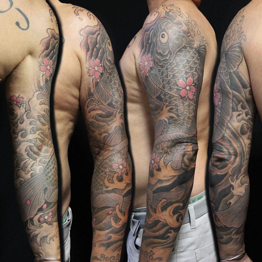 tattoo. carpe koi en noir et gris, bras complet.